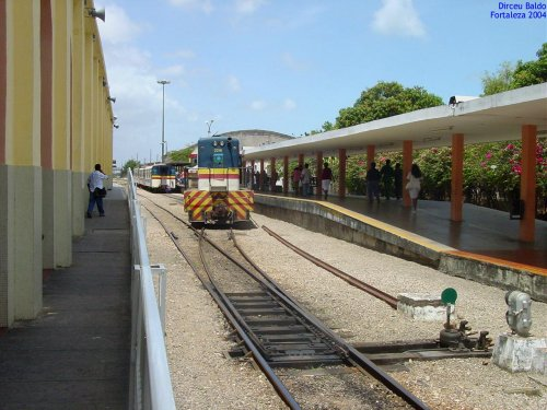 40a4156ad8896 Plataformas da estação com trens metropolitanos de Fortaleza, em 2004. Foto  Antonio Gorni, Gare da estação Professor João Felipe ...