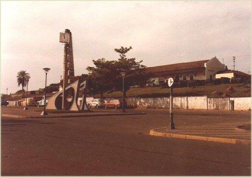 A praça em frente à estação, em 07/1986. Foto José H. Bellorio